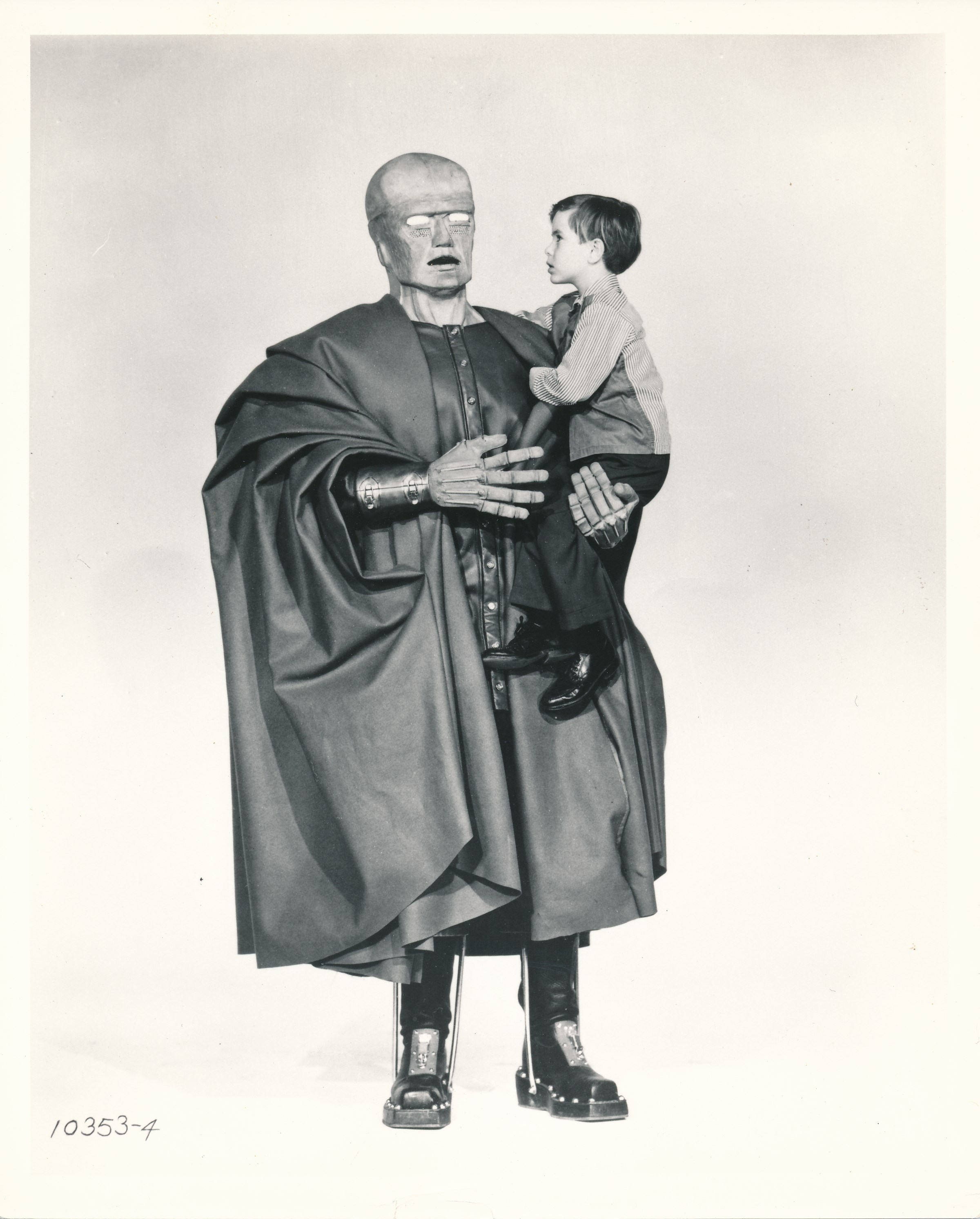 The Colossus of New York (1958) was an interesting sci-fi film about a scientist whose brain is transplanted into the indestructible body  of  a giant android. This movie has a stellar pedigree. The fine genre cast included Mala Powers, Otto Kruger, Ross Martin and Charles Herbert. It was directed by Eugene Lourie, who also helmed Gorgo, The Beast from 20,000 Fathoms and The Giant Behemoth. William Alland, veteran of many fine Universal science fiction films of the 1950s, produced. Veteran spfx artist John Fulton created the camera trick work. (c) Paramount